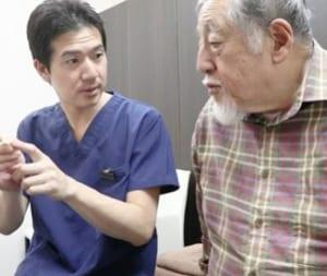 患者に説明する横浜ひざ関節症クリニック尾辻院長