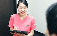 新規の患者さまのカウンセリングを担当。笑顔でお出迎えし、まずは不安を取り除くことからスタート。ドクターの診察の前に、お困りなことやご趣味なども伺いながらニーズを引き出す。