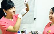 培養幹細胞治療の患者さまが来院するため、センターから届いた細胞を解凍するなど、治療準備を行う。そのまま注入処置を介助。