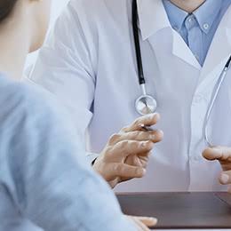 患者さまに治療について説明する医師